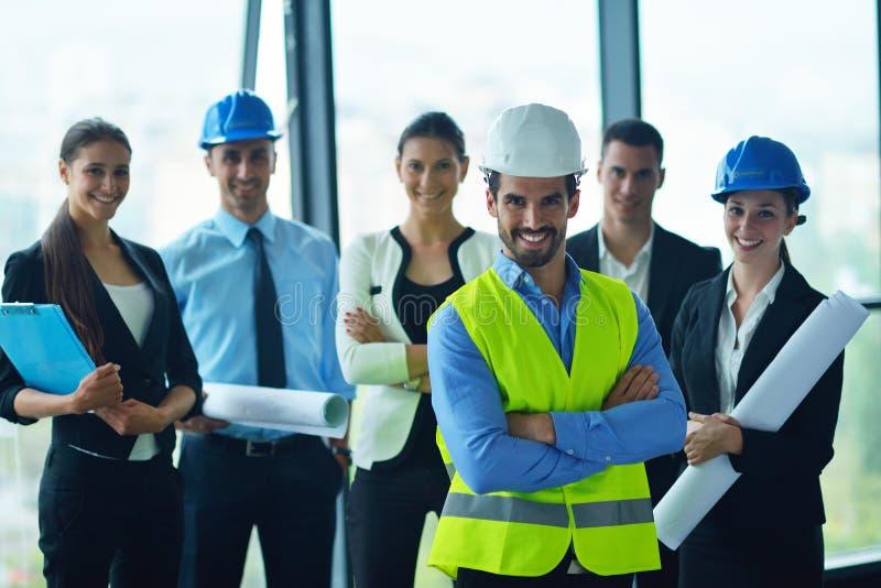 Ludzie biznesu i inżyniery na spotkaniu zdjęcia stock