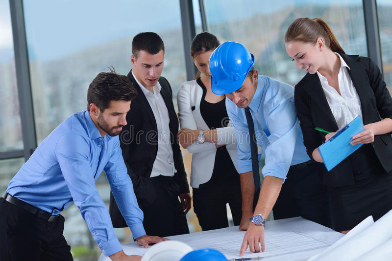 Ludzie biznesu i inżyniery na spotkaniu zdjęcie stock