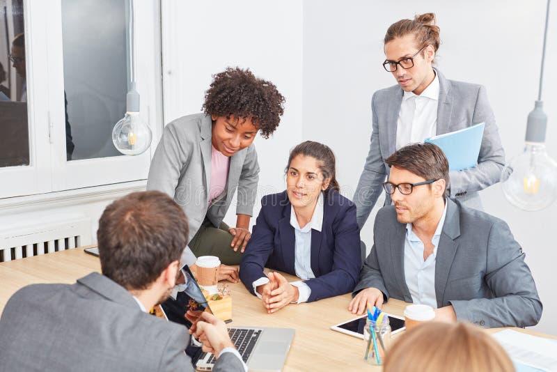 Ludzie biznesu jako uruchomienie drużyna z konsultantem zdjęcia royalty free