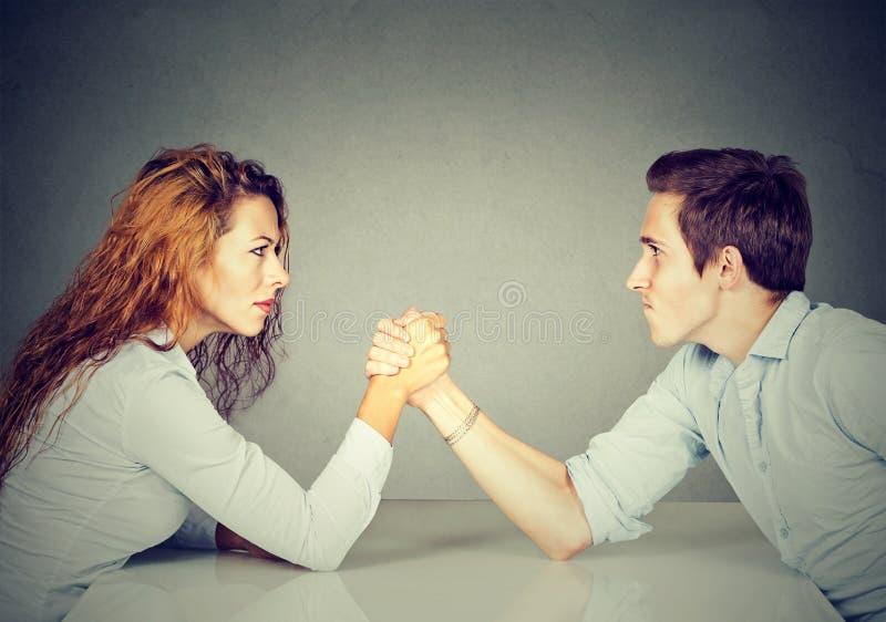 Ludzie biznesu kobiety i mężczyzna ręki zapaśnictwo obrazy stock