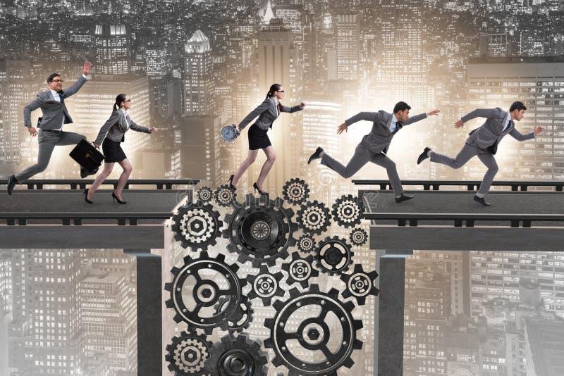 Ludzie biznesu krzyżuje most z cogwheels zdjęcia royalty free