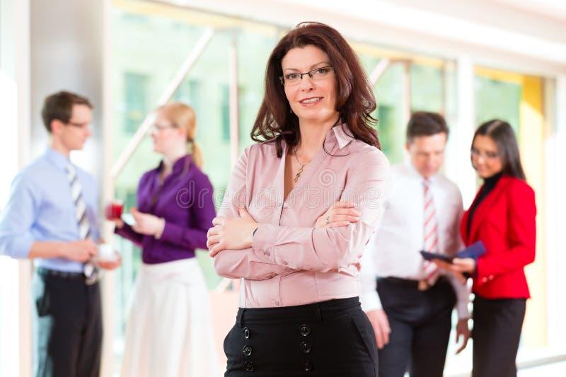 Download Ludzie Biznesu Lub Drużyna W Biurze Obraz Stock - Obraz: 28438747