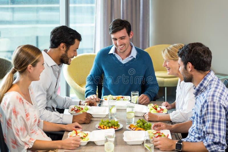 Ludzie biznesu ma śniadanie fotografia stock