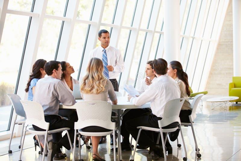 Ludzie Biznesu Ma spotkani rady W Nowożytnym biurze zdjęcie royalty free