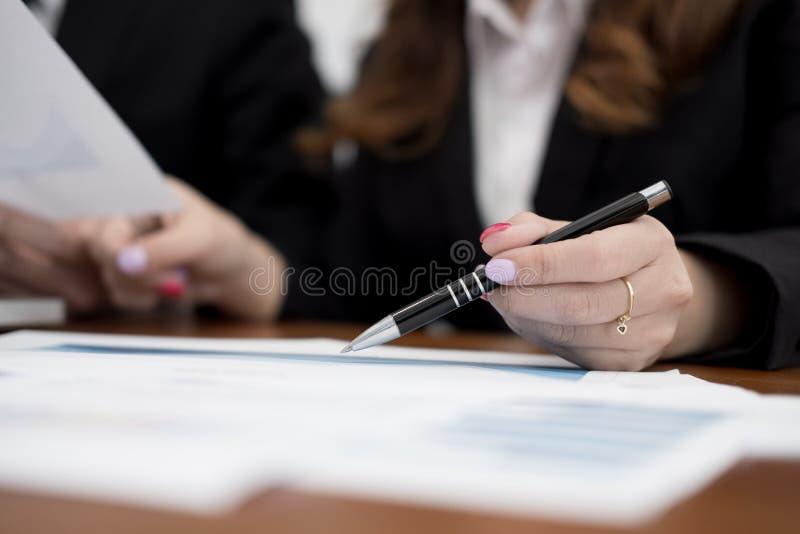Ludzie biznesu ma spotkania biznesmen wo & bizneswoman zdjęcia stock