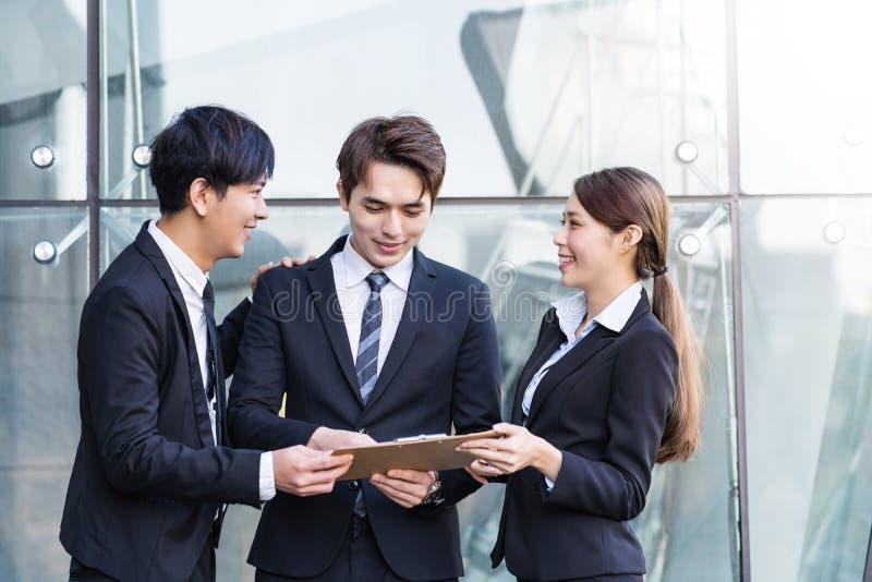 Ludzie biznesu ma spotkania w budynku biurowym obraz royalty free