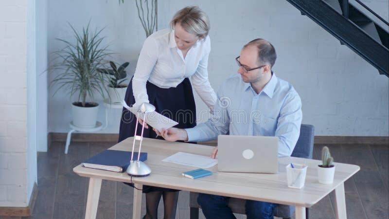 Ludzie biznesu Ma spotkania Wokoło stołu W Nowożytnym biurze fotografia royalty free