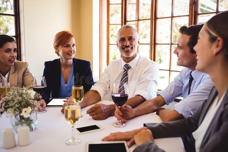 Ludzie biznesu opowiada z each inny przy stołem obraz royalty free