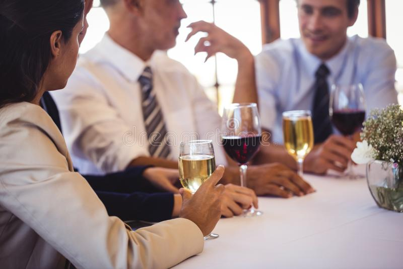 Ludzie biznesu opowiada z each inny przy stołem fotografia royalty free
