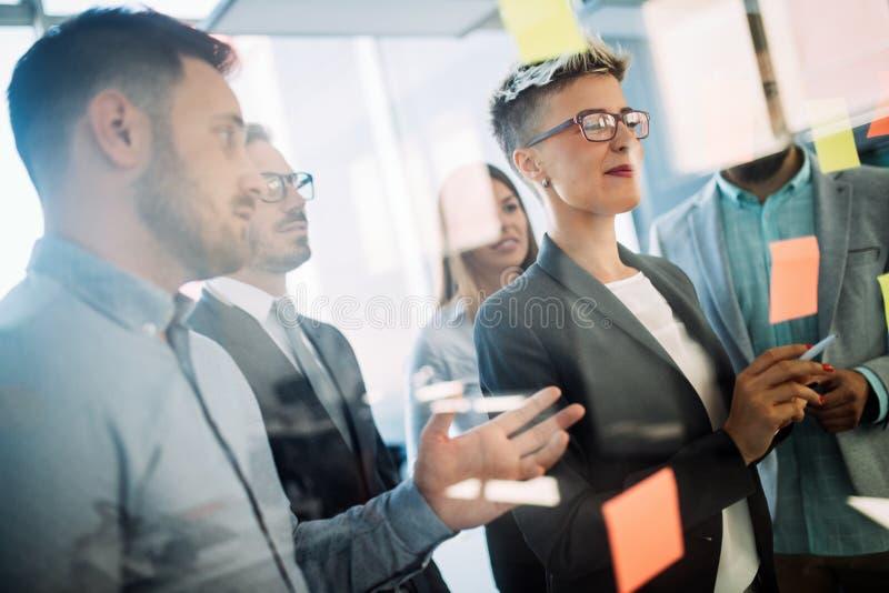 Ludzie biznesu planuje strategię w biurze wpólnie zdjęcie stock