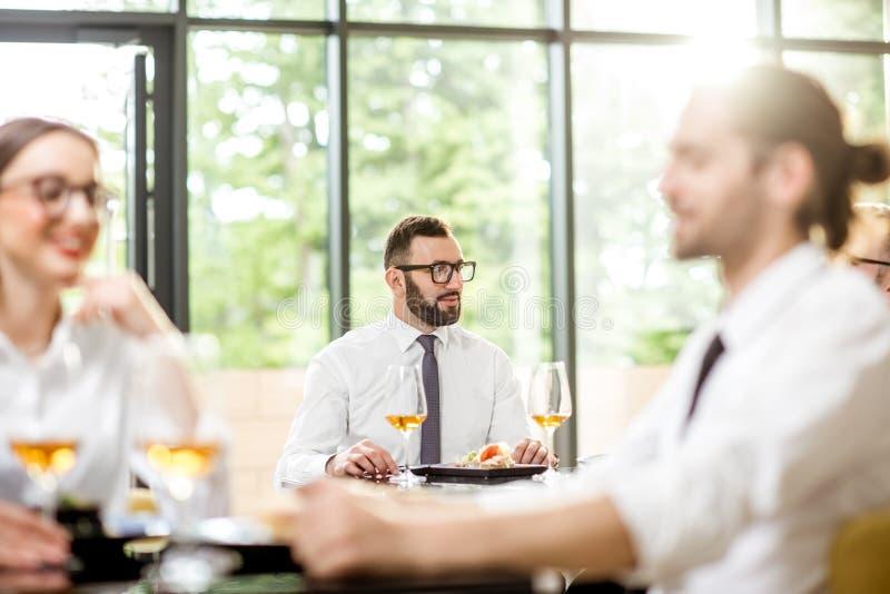 Ludzie biznesu podczas lunchu przy restauracją zdjęcie stock