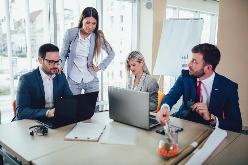 Ludzie biznesu pracuje na biznesowym projekcie w biurowym używa laptopie obrazy stock