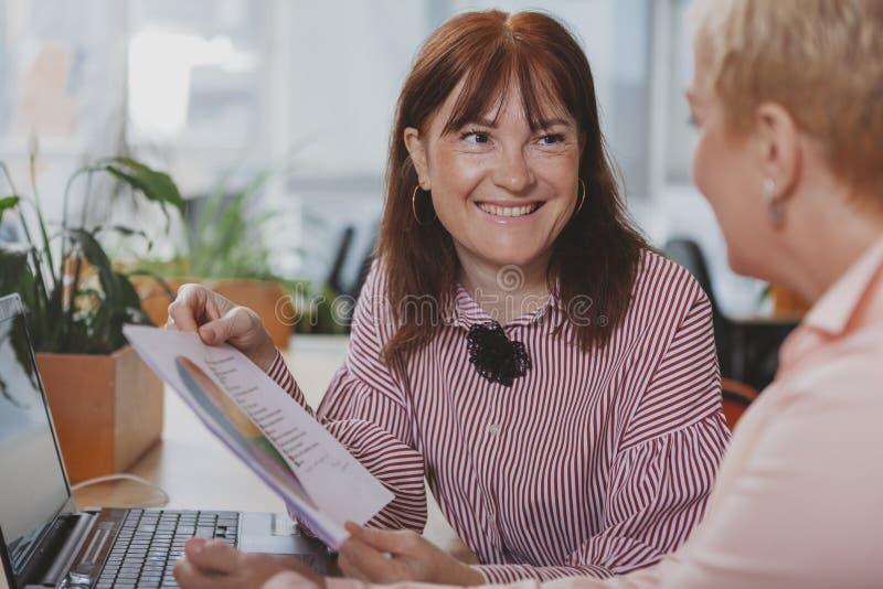 Ludzie biznesu pracuje wp?lnie przy biurem zdjęcie royalty free