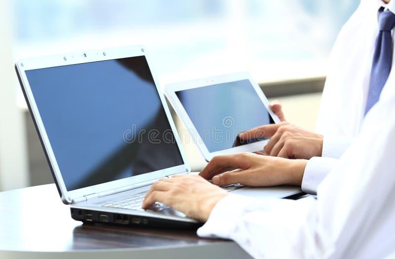Ludzie Biznesu Pracuje Z Cyfrowym Stołem Zdjęcie Stock