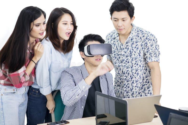 Ludzie biznesu pracy z rzeczywistość wirtualna szkłami obrazy royalty free