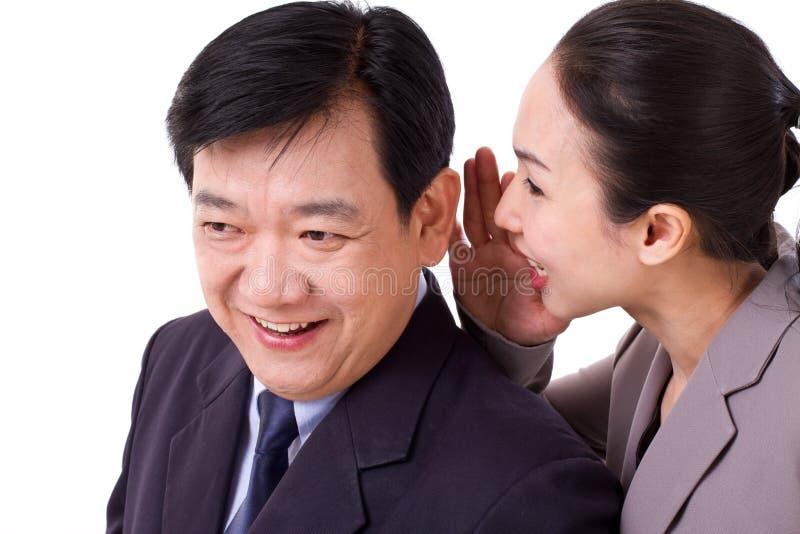 Ludzie biznesu przechodzi pozytywną wiadomości gospodarcze obrazy royalty free