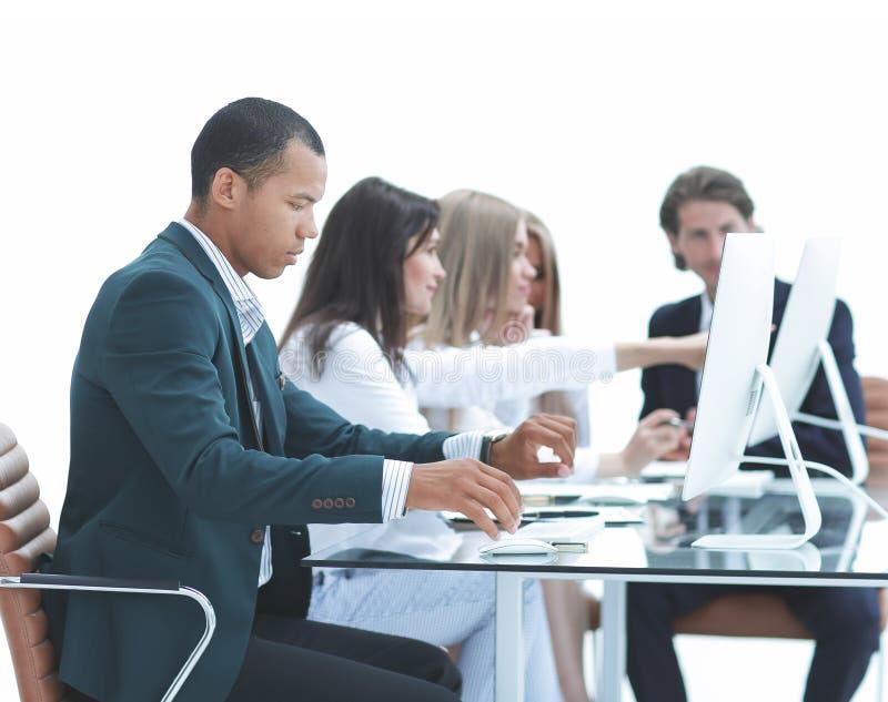 Ludzie Biznesu Przy spotkaniem Dyskutują aktualne sprawy Przy Nowożytnym biurem obraz stock