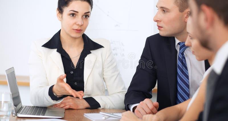Ludzie biznesu przy spotkaniem w biurowym tle Pomyślna negocjacja biznesów prawnicy lub drużyna zdjęcia royalty free