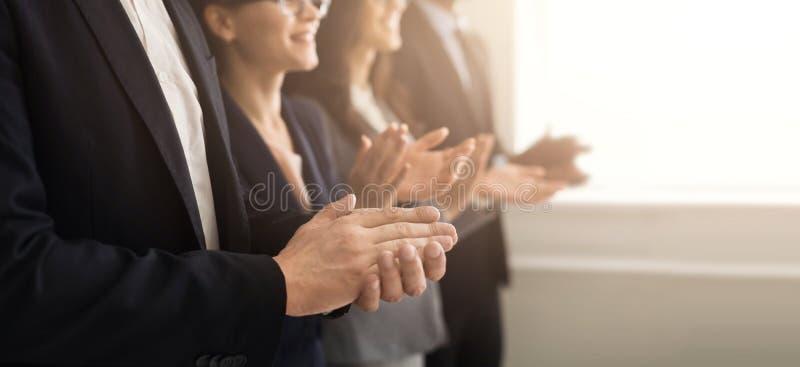 Ludzie biznesu ręk oklaskuje przy spotkaniem obraz stock