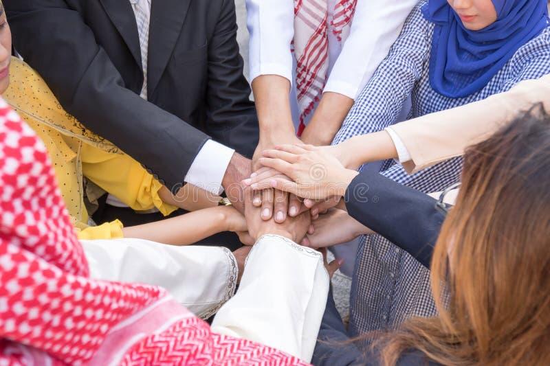 Ludzie biznesu ręk wpólnie i pracy zespołowej pojęcie obraz stock
