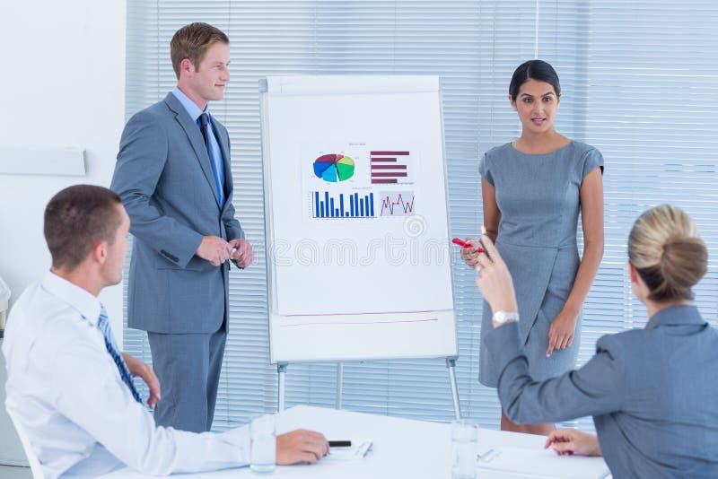 Ludzie biznesu robi statystyki prezentaci obraz royalty free