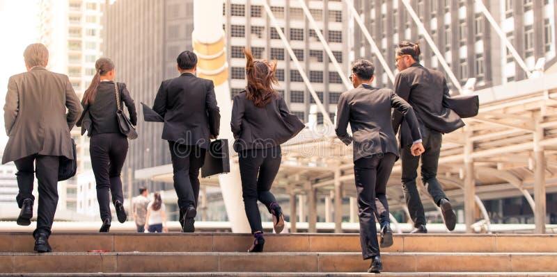 Ludzie biznesu rusza się biegać w miasto godzin szczytu ruchu zdjęcie stock