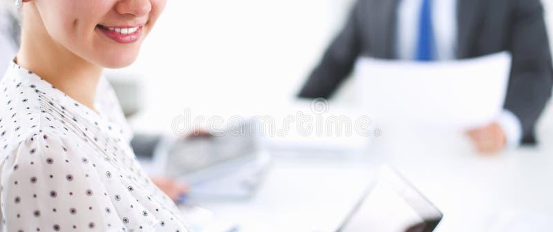 Ludzie biznesu siedzi i dyskutuje przy spotkaniem, w biurze obrazy stock