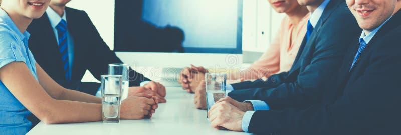 Ludzie biznesu siedzi i dyskutuje przy spotkaniem, w biurze zdjęcia royalty free