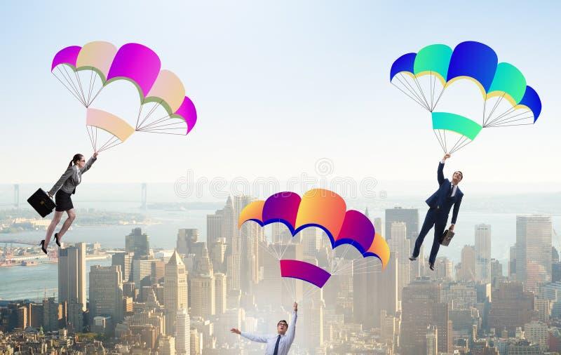 Ludzie biznesu spada puszka na spadochronach obraz stock