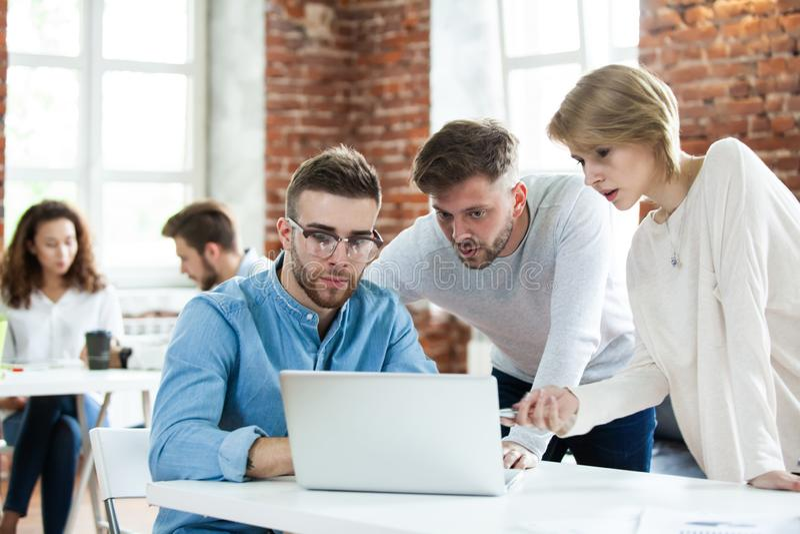 Ludzie biznesu spotyka dobrą pracę zespołową w biurze Pracy zespołowej spotkania miejsca pracy strategii pomyślny pojęcie obraz royalty free
