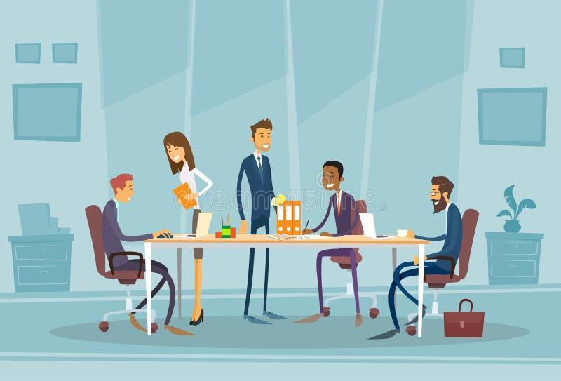 Ludzie Biznesu Spotyka Dyskutujący Biurowego biurko royalty ilustracja