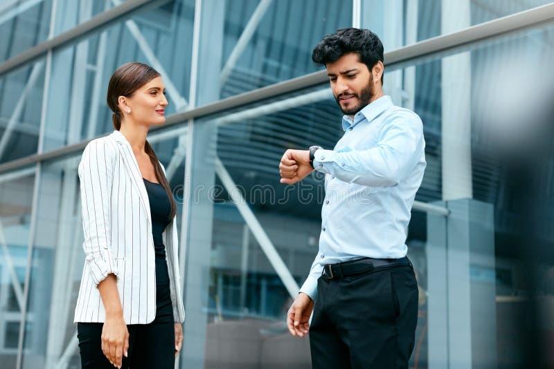 Ludzie Biznesu Spotyka Przy pracą Blisko Biurowego Bulding zdjęcia royalty free