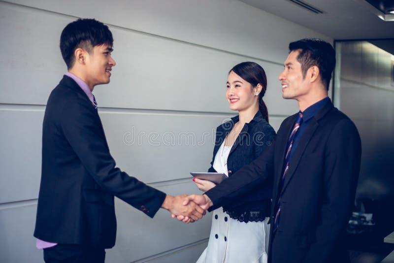 Ludzie biznesu trząść ręki i uśmiecha się ich zgodę podpisywać kontrakt i wykończeniowy w górę spotkania fotografia stock