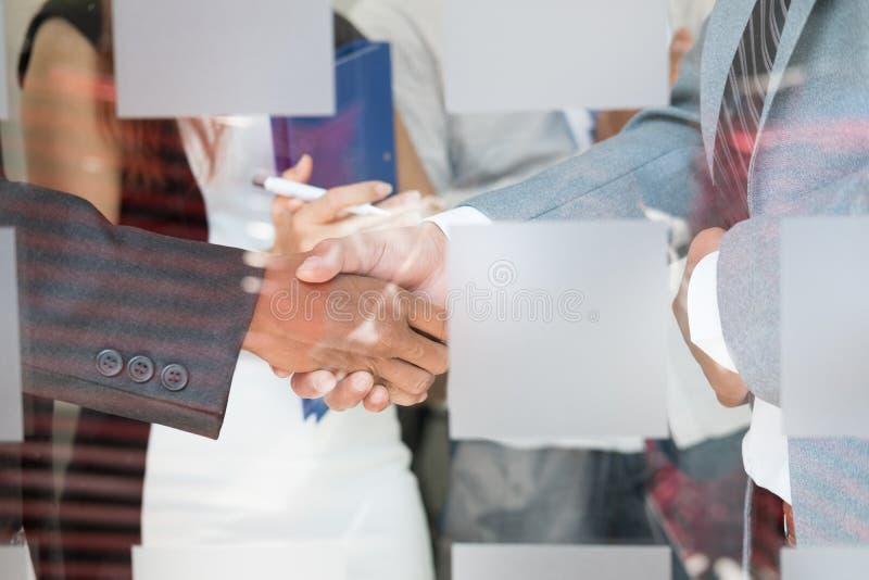 Ludzie biznesu trząść ręki po wykończeniowy up spotkanie Busi obrazy stock