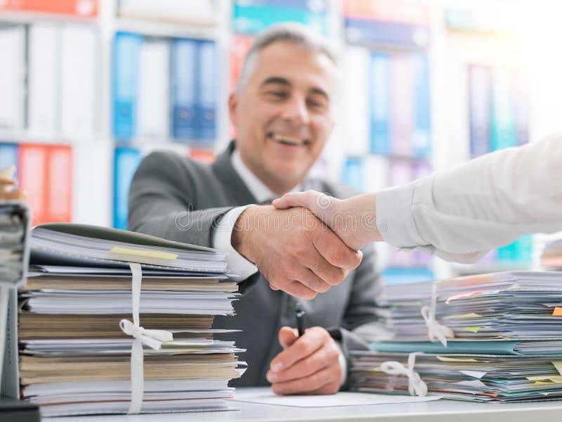 Ludzie biznesu trząść ręki w biurze obraz stock