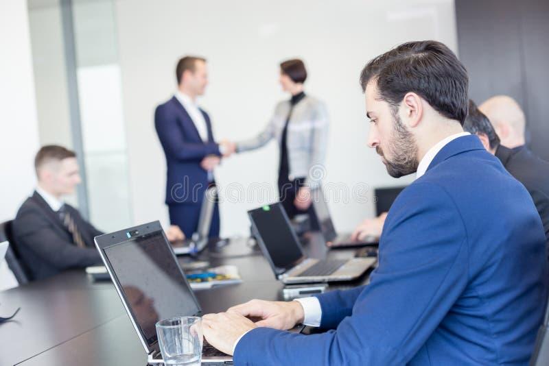 Ludzie biznesu trząść ręki w moder korporacyjnym biurze obrazy stock