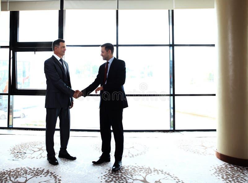 Ludzie biznesu trząść ręki, wykończeniowy up spotkanie zdjęcie stock