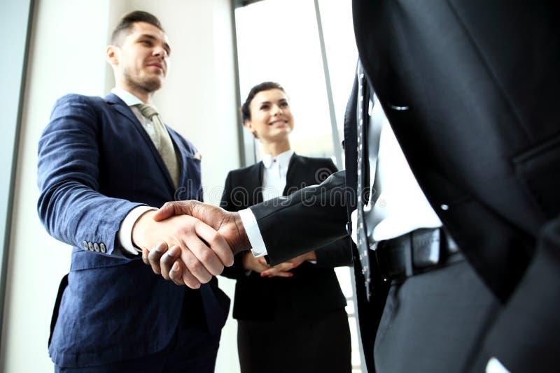 Ludzie biznesu trząść ręki, wykończeniowy up spotkanie zdjęcia royalty free