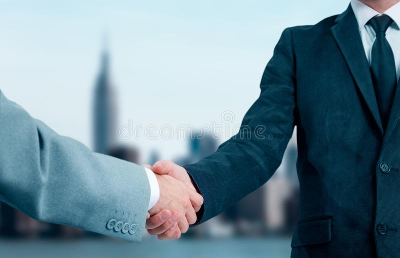 Ludzie biznesu trząść ręki, wykończeniowy up spotkanie Partnery biznesowi w tle miasto obrazy royalty free