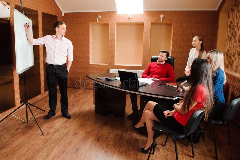 Ludzie biznesu trzyma konferencję i dyskutuje strategie w biurze zdjęcia stock