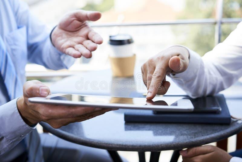 Ludzie biznesu używa cyfrową pastylkę zdjęcie stock