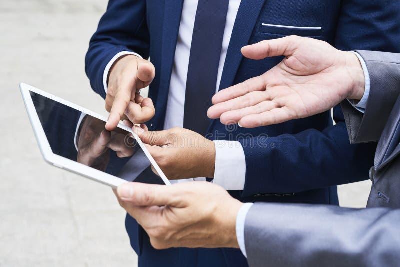 Ludzie biznesu używa pastylka peceta zdjęcie royalty free