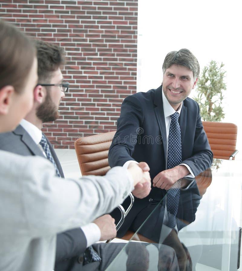 Ludzie biznesu, uścisk dłoni, kończy spotkania obraz stock