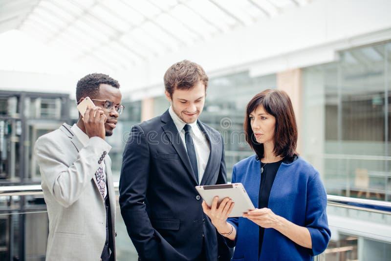 Ludzie biznesu używa cyfrową pastylkę na spotkaniu zdjęcie stock