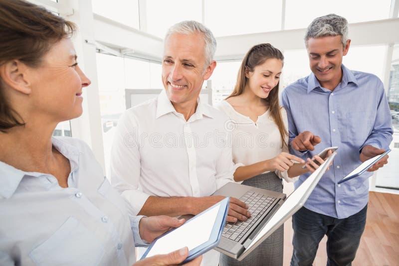 Ludzie biznesu używa kilka urządzenia elektroniczne obrazy royalty free