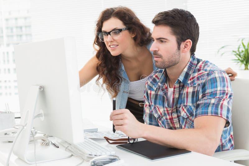 Ludzie biznesu używa komputer i digitizer obraz stock