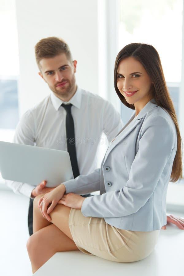 Ludzie Biznesu Używa laptop przy Ofiice obraz stock