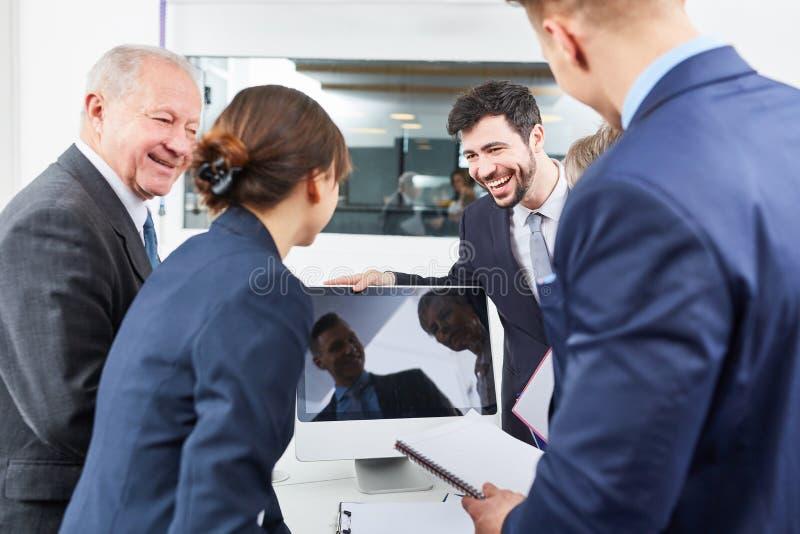 Ludzie biznesu używają ogólnospołecznych środki obraz royalty free