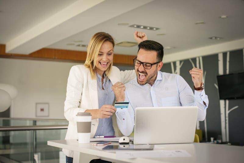 Ludzie biznesu w biurowym używa kredytowym samochodzie udany interes obraz royalty free