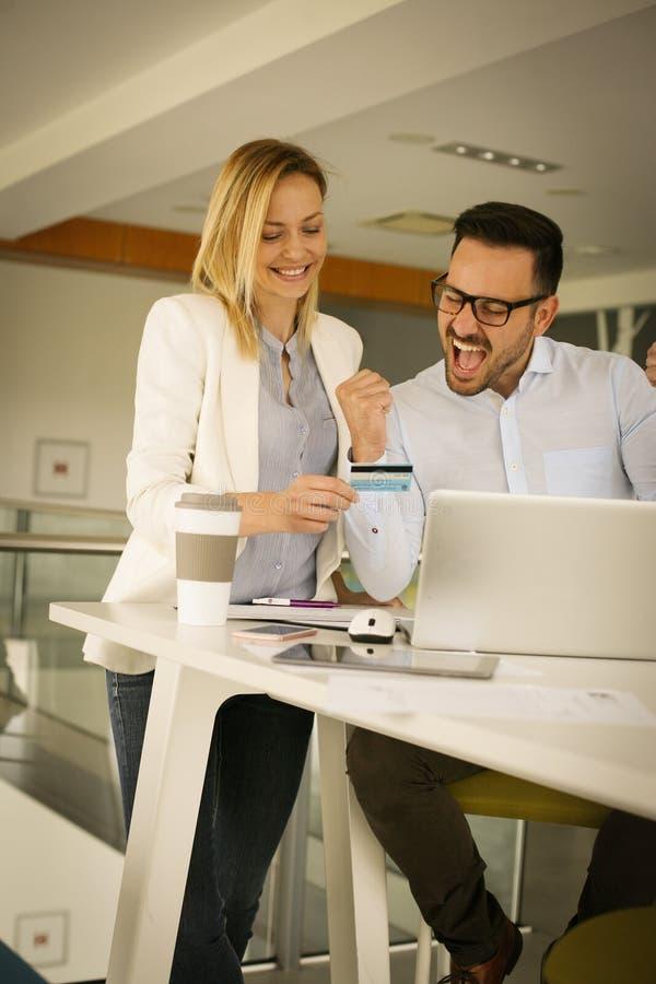 Ludzie biznesu w biurowym używa kredytowym samochodzie udany interes fotografia stock